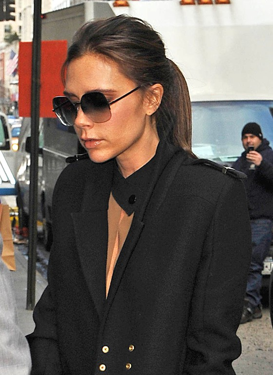 Victoria Beckham w płaszczu ze swojej kolekcji