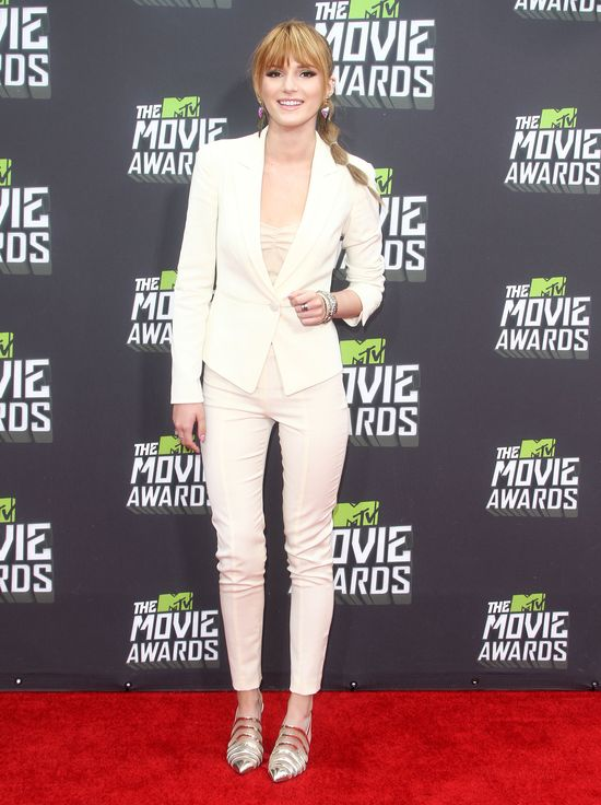 Bella Thore w białym garniturze