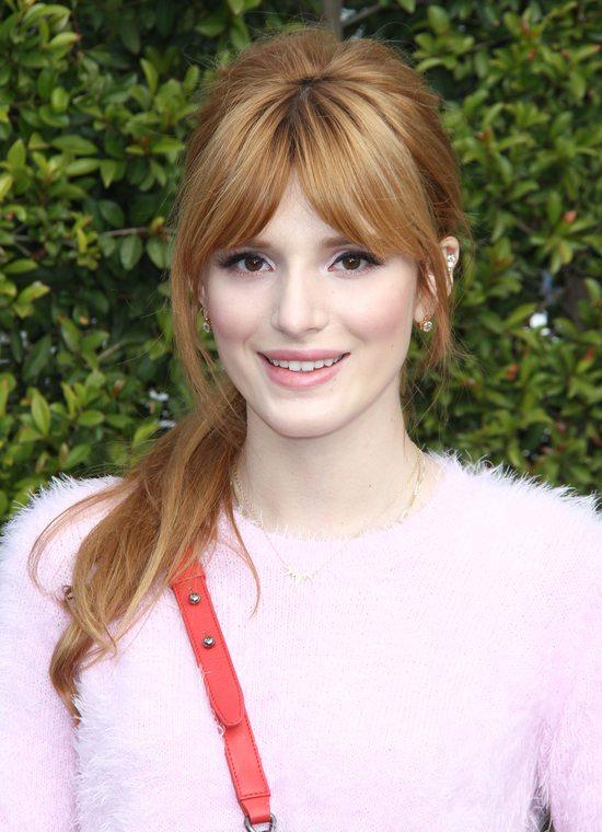 Bella Thorne w swetrze z Top Shopu i z torebką Chanel