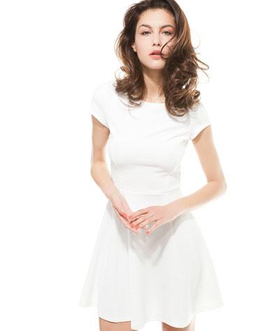 Biało na wiosnę - przegląd białych lekkich sukienkek (FOTO)