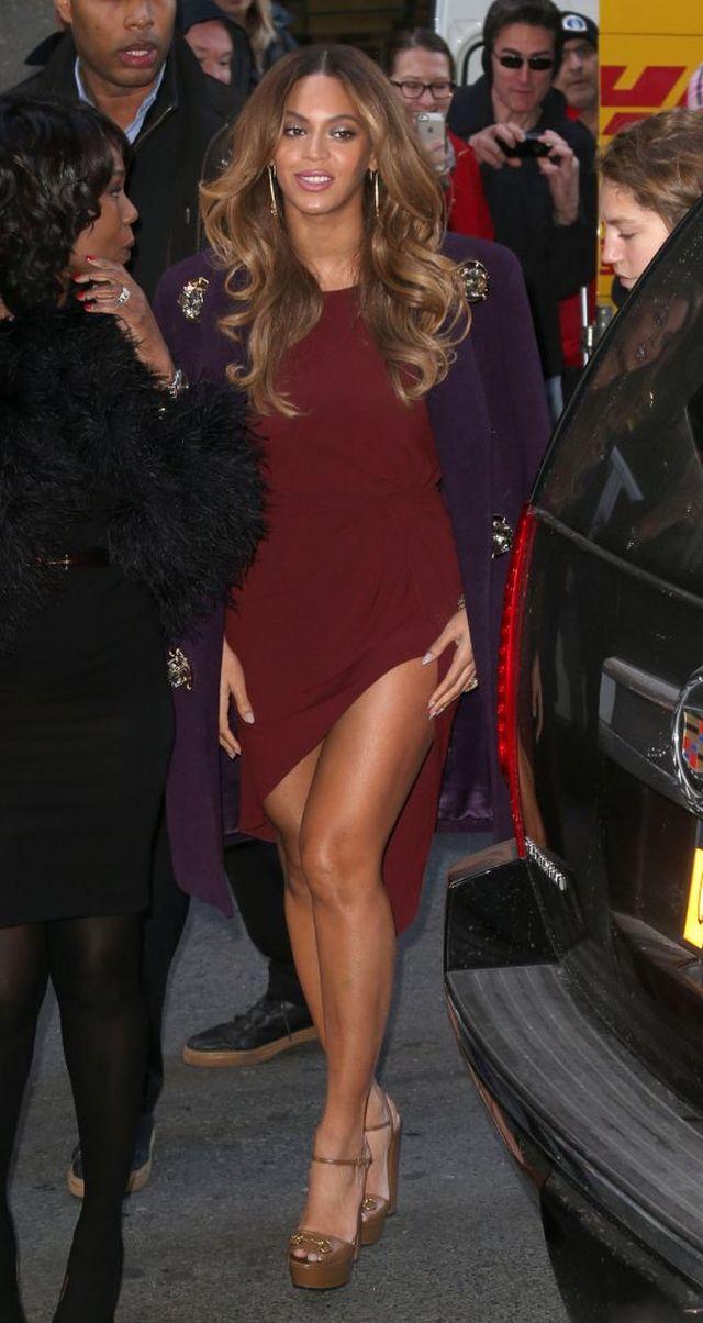 Beyonce wystawia złote nogi w asymetrycznej sukience (FOTO)