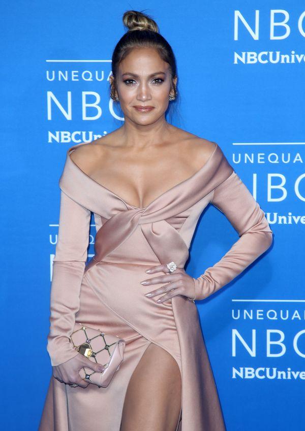 Jennifer Lopez wygląda jak... lalka Barbie? Kolory jakieś mało żywe... (FOTO)