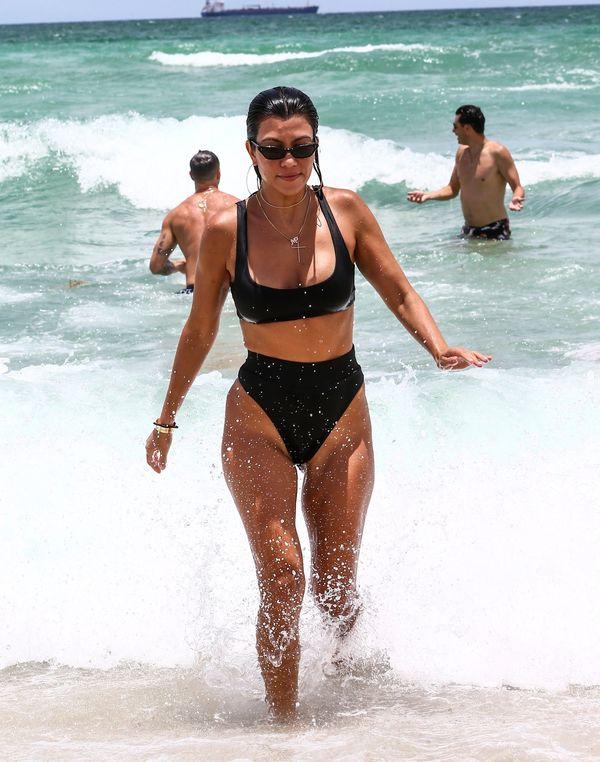 Kourtney Kardashian pokazuje mamom, jakie bikini nosić po ciąży (FOTO)