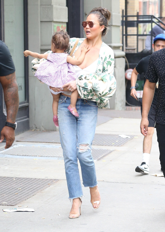 Ekstremalnie głęboki dekolt Chrissy Teigen na spacerze z córką (FOTO)