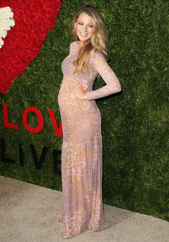 Blake Lively debiutuje w ciąży na czerwonym dywanie (FOTO)