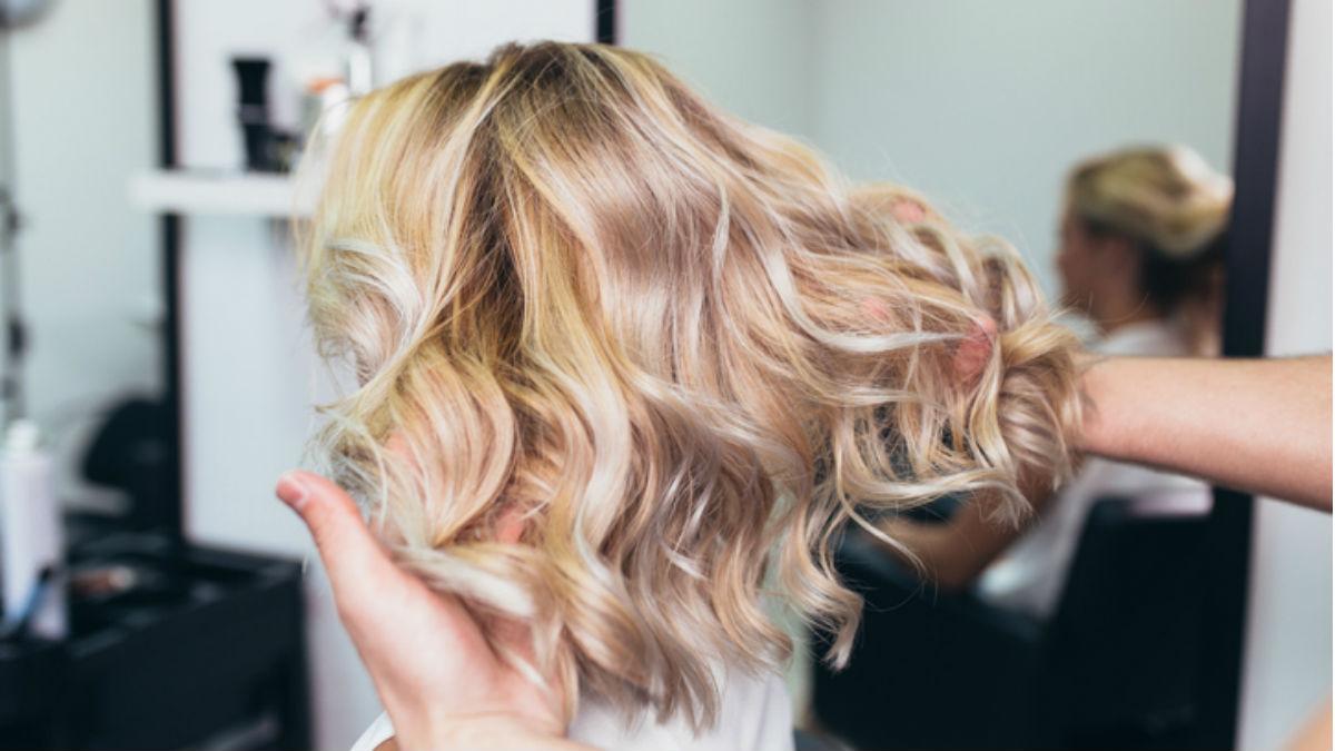 Jak rozjaśnić i nie zniszczyć swoich włosów? Sprawdzone rady na platynowy blond