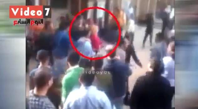 Co się stanie, gdy blondynka w Kairze wejdzie do campusu