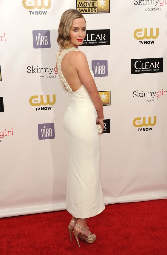 Emily Blunt w białej sukni i falach retro