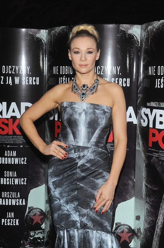 Sonia Bohosiewicz w szarej sukni