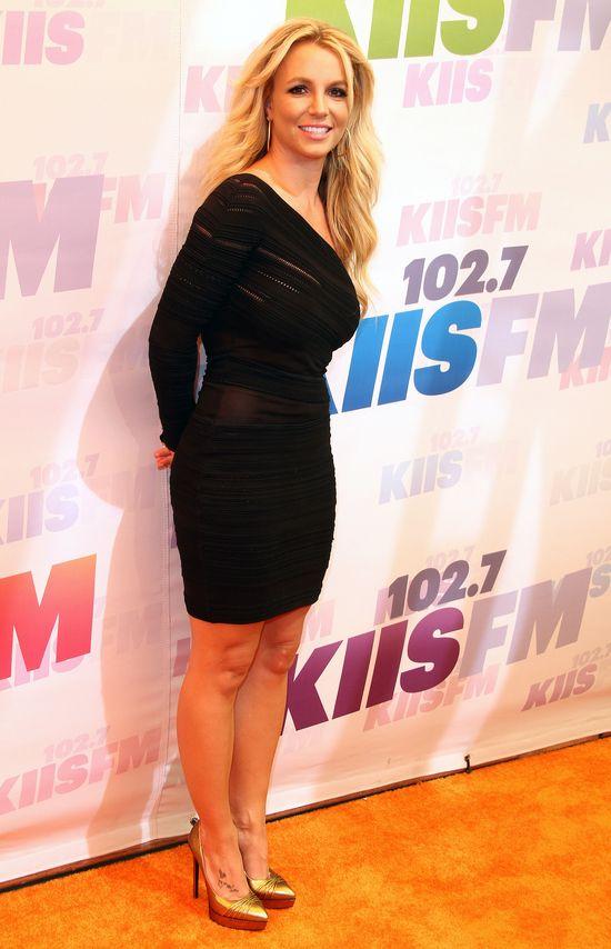 Britney Spears w asymetrycznej małej czarnej (FOTO)