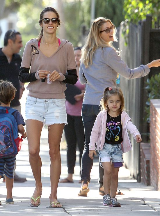 Alessandra Ambrosio z córką Anją na spacerze