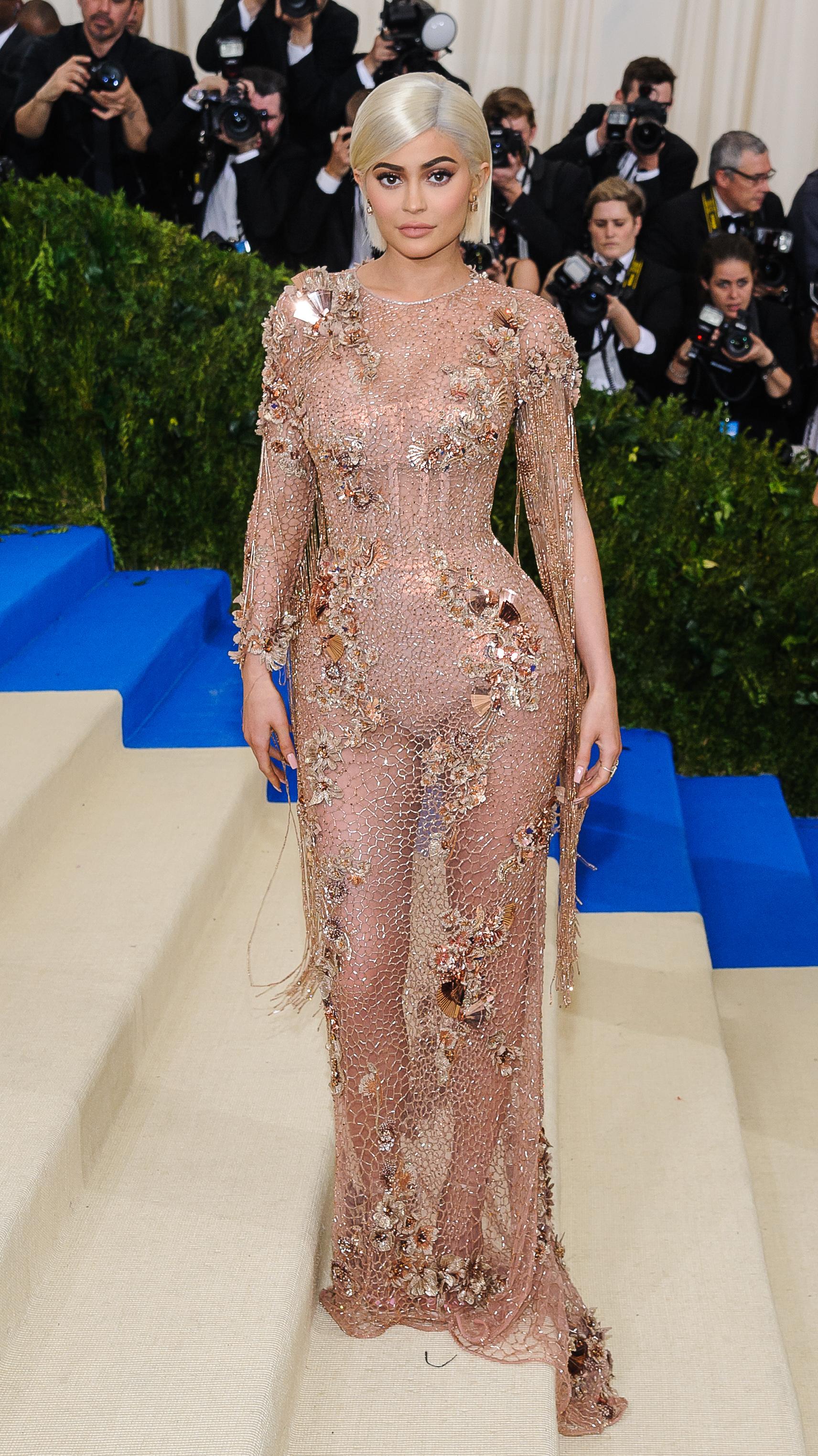 Rudowłosa Kylie promuje swoją nową, walentynkową kolekcję kosmetyków
