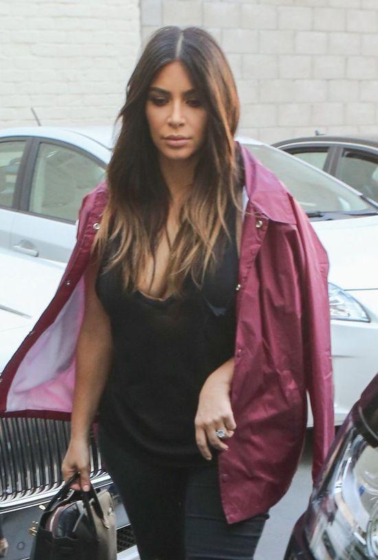 Czy ktoś mógłby nauczyć Kim Kardashian, jak nosić kurtkę?