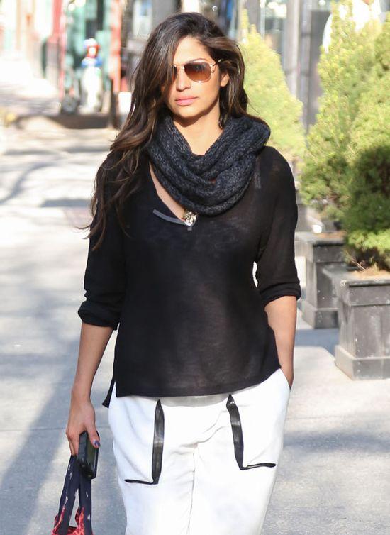 Camila Alves w białych spodniach