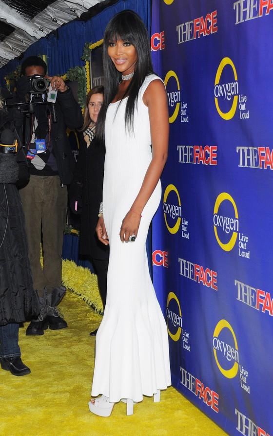 Naomi Campbell w białej sukni