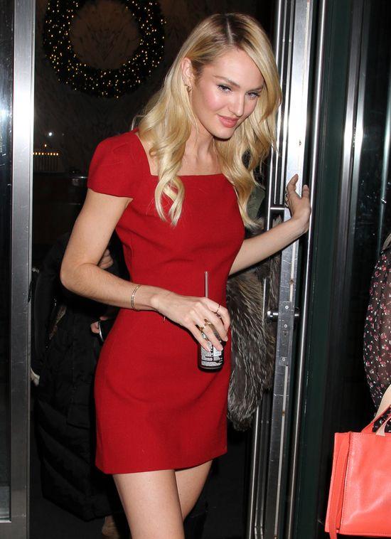Sposób Candice Swanepoel na małą czerwoną (FOTO)