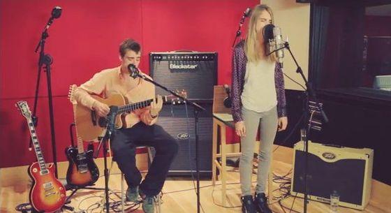 Cara Delevingne próbuje swoich sił przed mikrofonem