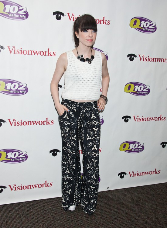 Carly Rae Jepsen we wzorzystych spodniach