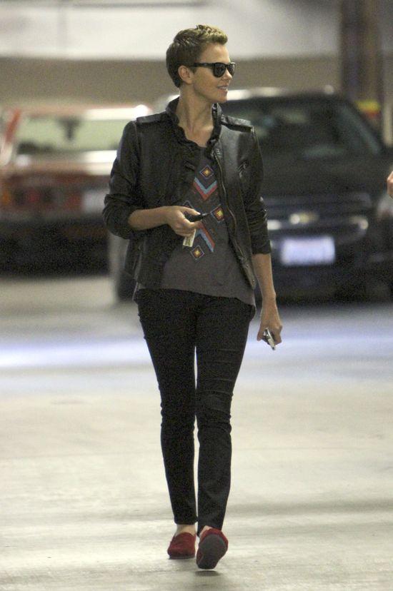 Rockowy luz Charlize Theron (FOTO)