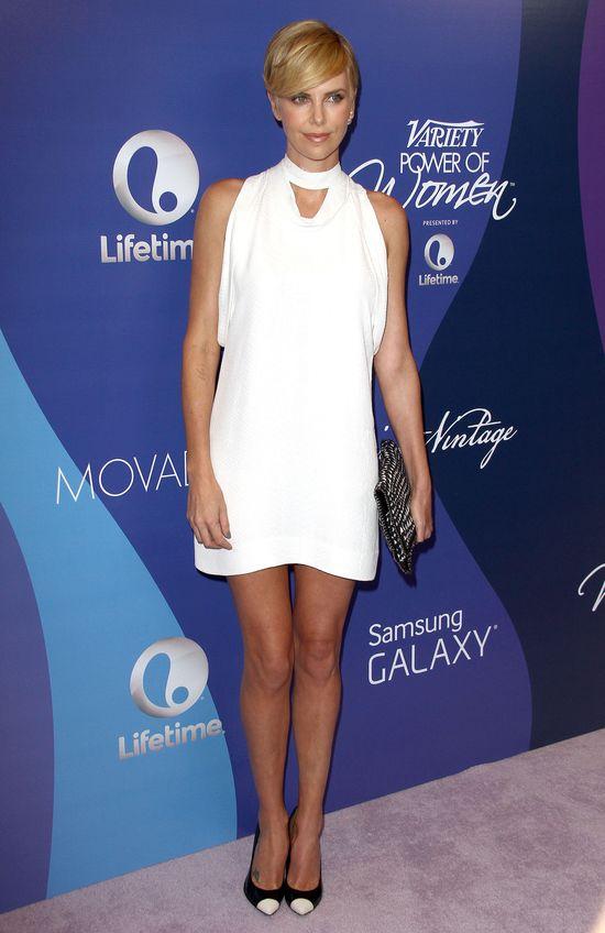 Charlize Theron i jej biała stylizacja (FOTO)