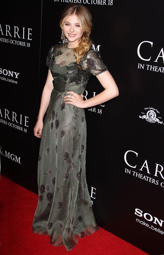 Chloe Moretz w szarej sukience (FOTO)
