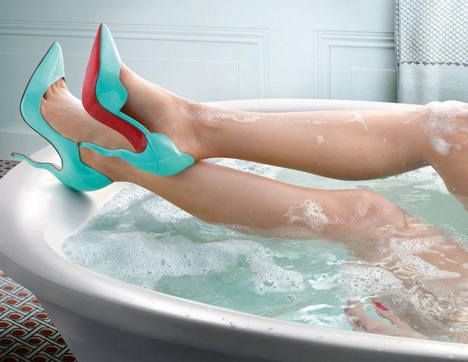 Co powiecie na kąpiel w louboutinach? Szaleństwo? (FOTO)