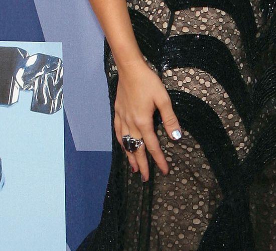 Poszukiwane lustrzane paznokcie