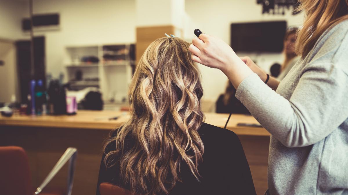 Wszystko, co chciałabyś wiedzieć na temat słynnego trendu szklanych włosów