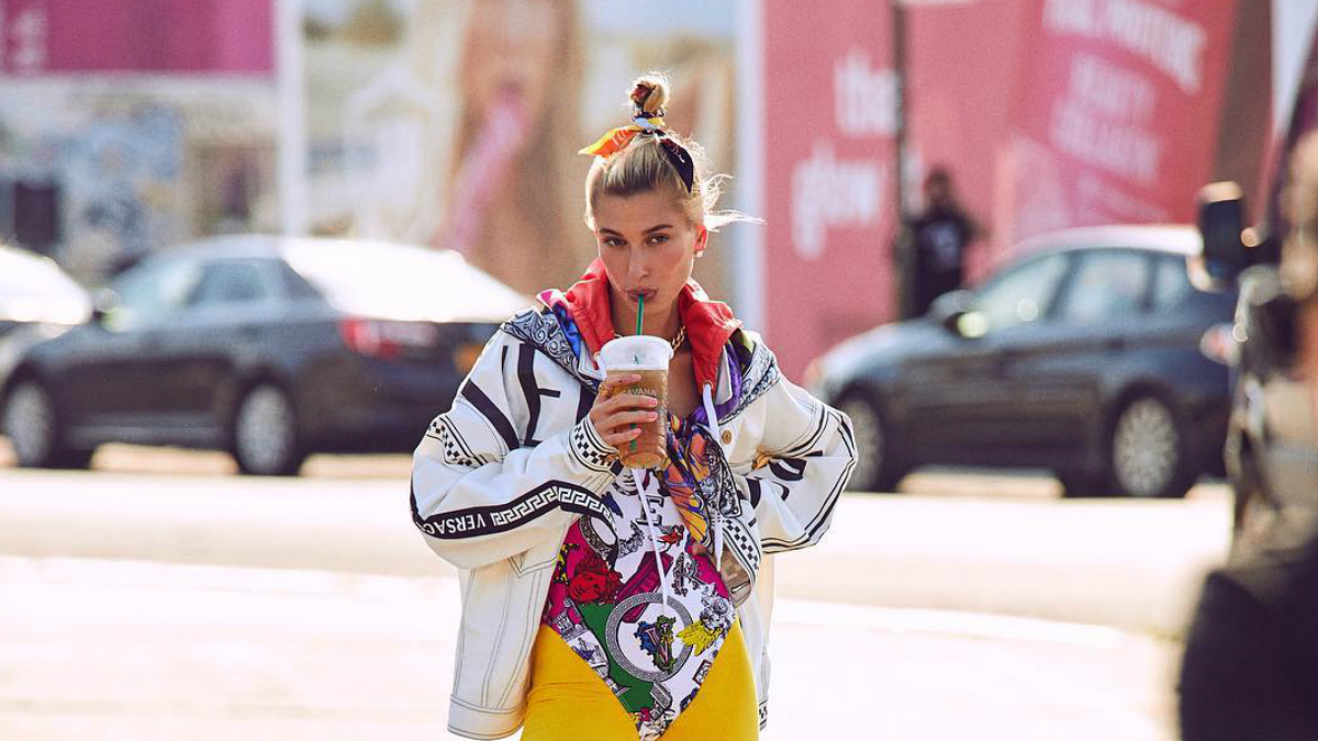 Hailey Baldwin dla Harpers Bazaar US: podwójne majtki, żółte legginsy i kapcie