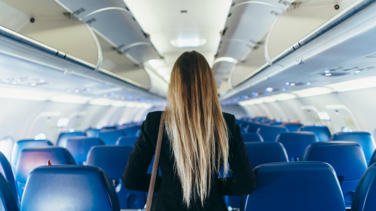 Dużo podróżujesz? Stewardessy podpowiadają, których kosmetyków powinnaś używać