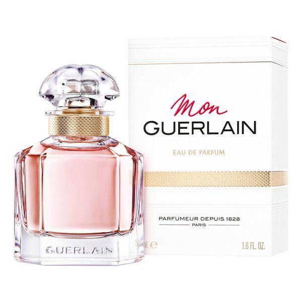 """Guerlain - Mon Guerlain Dom Perfumeryjny Guerlain prezentuje nowy zapach """"Mon Guerlain"""", który jest hołdem złożonym współczesnej kobiecości - silnej, wolnej i zmysłowej. Kobietą, która zainspirowała jego powstanie jest Angelina Jolie. Mój niewidoczny tatuaż, mój zapach, Mon Guerlain - nazwa szeptana niczym pieszczota skóry... Ten świeżo-orientalny zapach zawiera wyjątkowe składniki: lawendę Carla z Prowansji, jaśmin Sambac z Indii, sandałowiec biały (Album) z Australii i wanilię tahitańską (Tahitensis) z Papui Nowej Gwinei. Flakon """"quadrilobe"""", zaprojektowany w 1908 roku, zdobył pozycję jednego z legendarnych flakonów marki Guerlain. Jego prosty i graficzny design sprawia, że przypomina flakon alchemika, a jego nazwa """"quadrilobe"""" pochodzi od oryginalnego kształtu korka, uformowanego z jednej bryły, w której zachodzą na siebie cztery półkule. Flakon ten, wykonany z luksusowego masywnego szkła i ozdobiony złotym ornamentem, ukazuje sto lat później kontrast między wyrazistymi prostymi liniami a zmysłowymi zaokrągleniami, które wyrażają współczesną kobiecość.  Cena: 30 ml - 295 zł 50 ml - 415 zł 100 ml - 589 zł"""