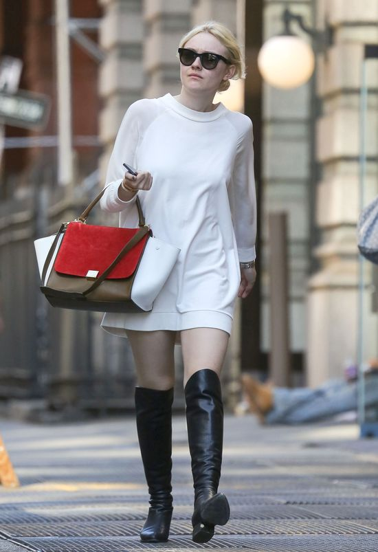 Dakota Fanning w dresowej sukience i muszkieterkach