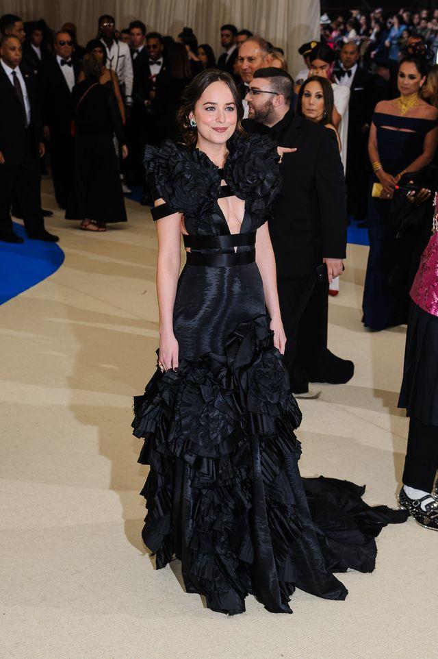 ZJAWISKOWA Dakota Johnson na gali MET! Była najlepiej ubraną? (FOTO)