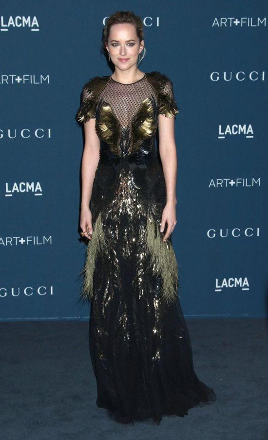 Dakota Johnson na okładce lutowego Vogue'a...