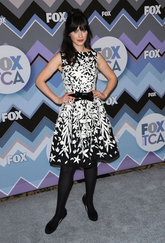 Zooey Deschanel w czarno-białej sukience