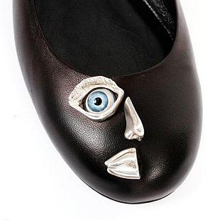 Buty z oczami i dłońmi