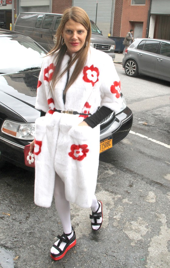 Anna Dello Russo w białym płaszczu