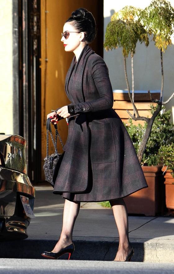 Dita von Teese w eleganckim płaszczu