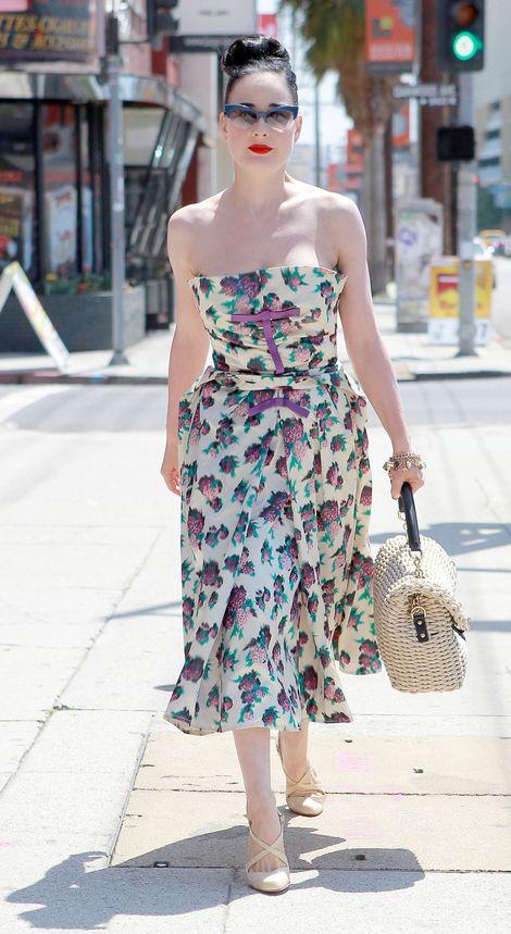 Dita Von Teese w malinowej sukience vintage (FOTO)