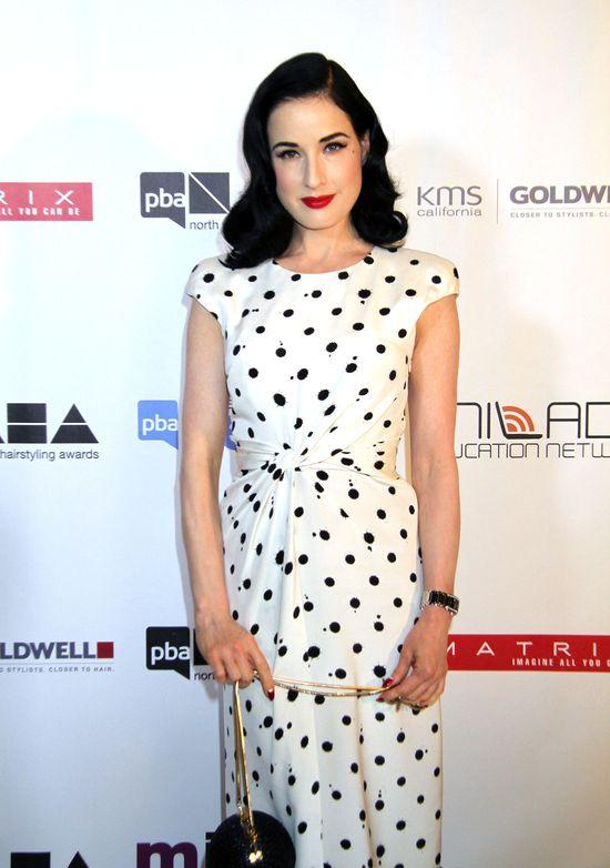 Dita Von Teese w białej sukience