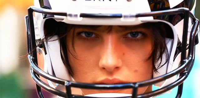 Cara Delevingne gra w futbol amerykański dla DKNY (VIDEO)