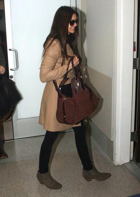 Nina Dobrev w beżowym płaszczu