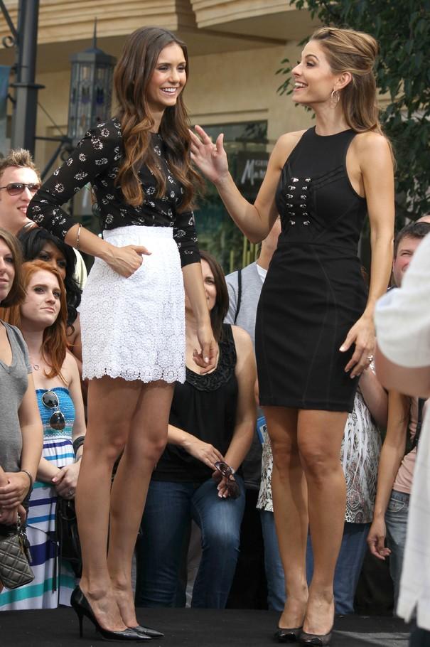Nina Dobrev w koronkowej spódnicy