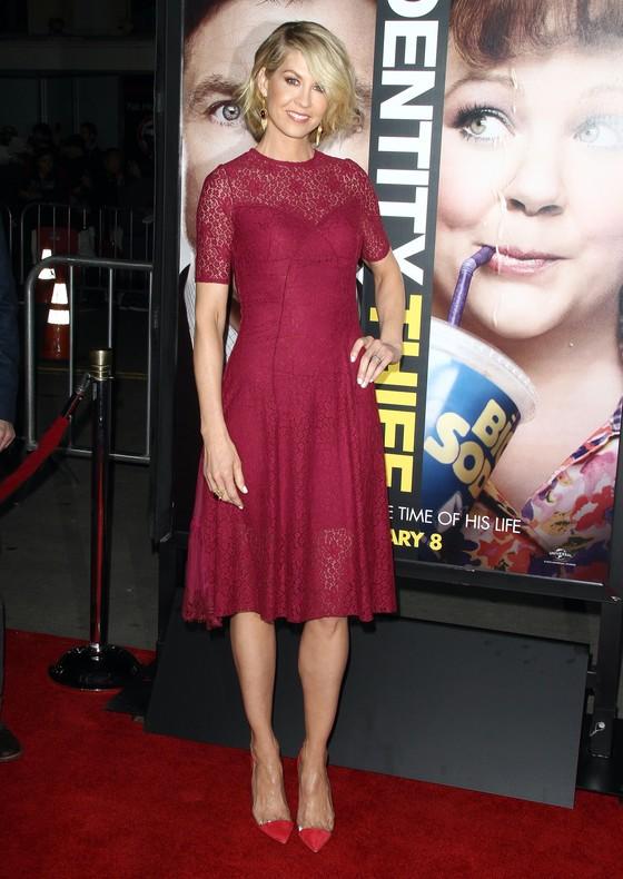 Jenna Elfman w koronkowej sukience w kolorze wina