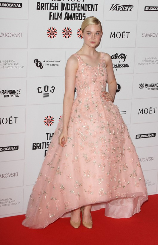 Elle Fanning w sukni Oscara de la Renta (FOTO)