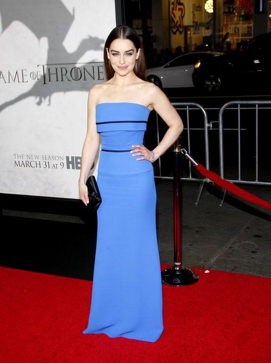 Emilia Clarke w niebieskiej sukni od Victorii Beckham