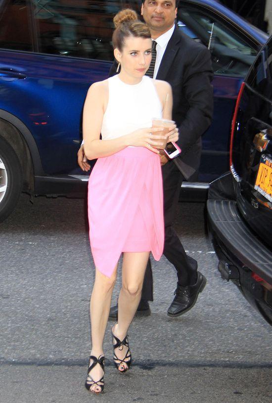 Emma Roberts w biało-różowej sukience