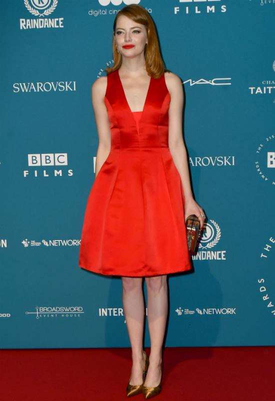 Emma Stone jest idealnym przykładem tego, jak powinno się nosić czerwoną szminkę