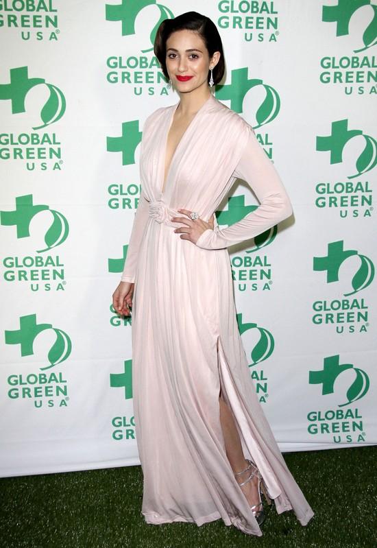 Emmy Rossum w  sukience Tory Burch i retro falach