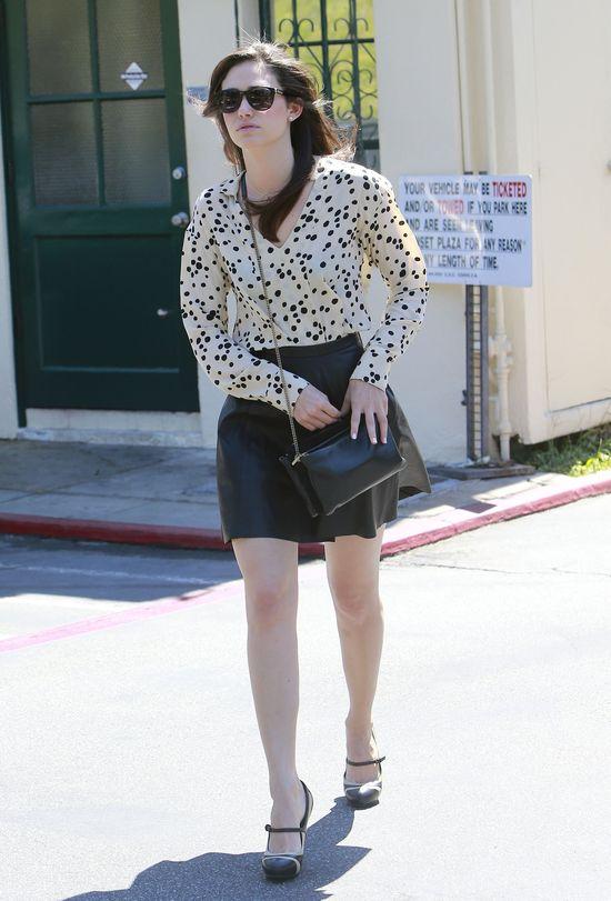 Emmy Rossum w skórzanej spódnicy (FOTO)